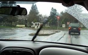 mobil di saat hujan