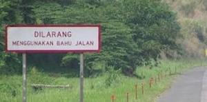 dilarang menggunakan bahu jalan